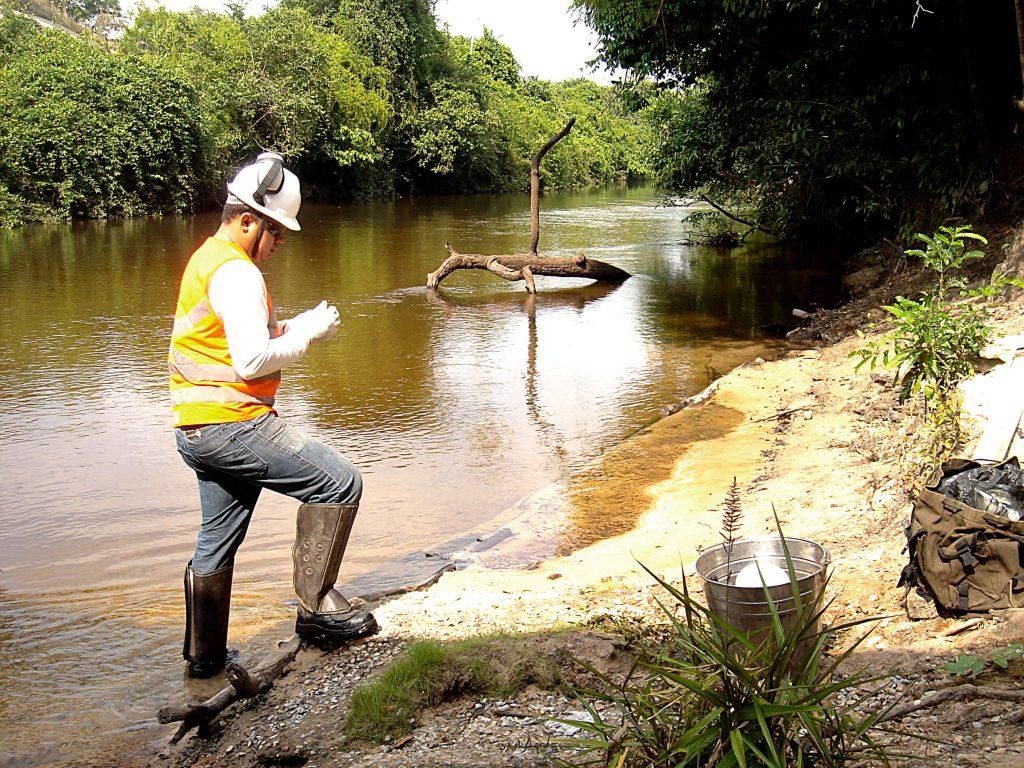 Coleta de material para análise da água - Maranhão
